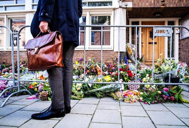 Mensen leggen bloemen bij het kantoor van Derk Wiersum. Beeld ANP