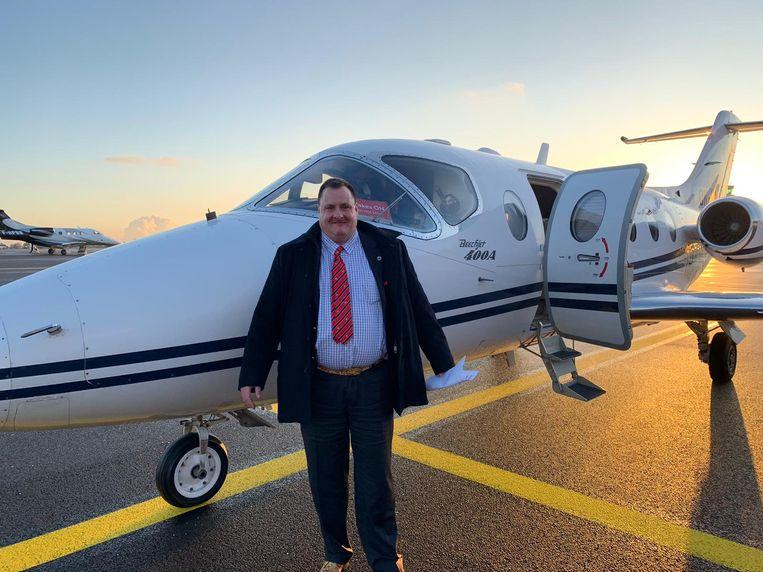 Van Haut bij een privéjet die hem naar Nieuw-Zeeland zou vliegen. Beeld RV