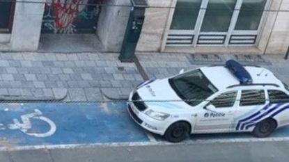 """Brusselse agenten parkeren voertuig op gehandicaptenplaats """"om koekjes te kopen"""""""