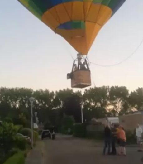Luchtballon maakt noodlanding midden in woonwijk, piloot krijgt applaus na veilige landing