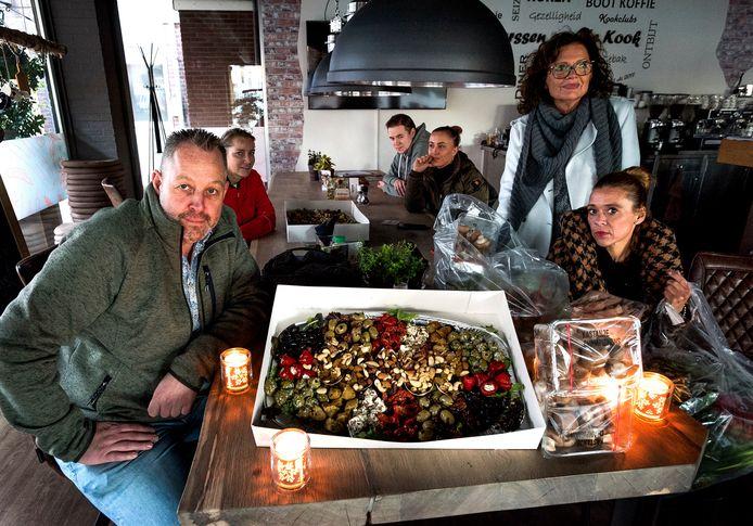 Geen blije gezichten in horecagelegenheid Maarssen aan de Kook. Lunch én kookworkshop gingen vandaag niet door. De overgebleven ingrediënten gaan naar de voedselbank van Stichtse Vecht.