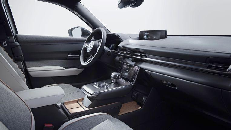 Het interieur van de MX-30 is zonder twijfel het fraaiste dat we zagen in een elektrische auto van deze prijs. Waar andere fabrikanten besparen door zo veel mogelijk grijs plastic in het dashboard te plempen, gebruikt Mazda mooie stoffen en fijne natuurmaterialen. Zoals het 'Premium Vintage Leatherette', veganistisch leer met de look and feel van echt. Beeld