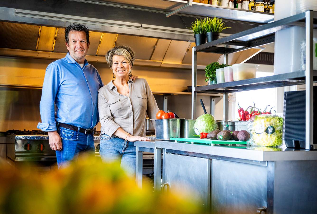 De eigenaren van 't Schippershuis in Numansdorp in de keuken van hun restaurant, waar ze zich voorbereiden op de restaurantwandeling.