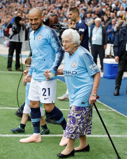 De 102-jarige Vera Cohen (85 jaar seizoenkaarthouder) mocht samen met haar zus Olga (97 jaar), kleinkinderen en David Silva het veld betreden voor Manchester City - Fulham.