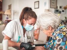 Zomerstress bij ouderenzorg: personeel zit stuk, minder wasbeurten en later op de dag verzorging