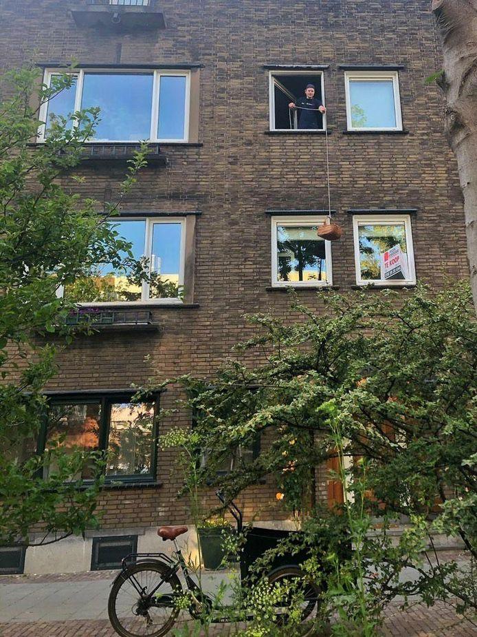 Robert Kraamwinkel takelt zijn zelfgemaakte burgers naar beneden.