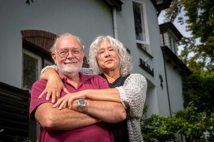 Hans Terwisscha van Scheltinga en zijn vrouw Inge Velberg voor hun huis uit 1900 dat nu verduurzaamd is.