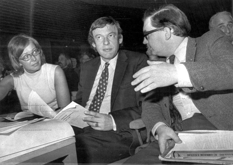 Hans van Mierlo (midden) en Hans Gruijters (rechts) in 1973 op een D66-ledenvergadering. Beeld Hollandse Hoogte /  ANP