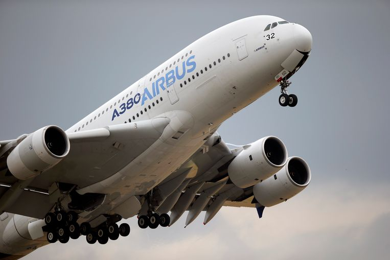 Een Airbus A380 tijdens een demonstratievlucht op een luchtvaartshow boven het vliegveld Le Bourget ten noorden van Parijs.  Beeld AP