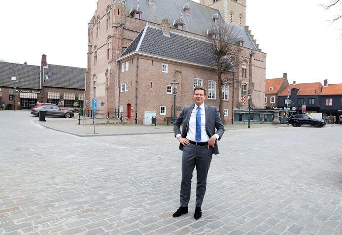 Wethouder Jack Werkman op de Groote Markt in Sluis, die normaal vol staat met auto's. Door het ontbreken van parkeerinkomsten en toeristenbelasting loopt de gemeenten miljoen euro's aan inkomsten mis.