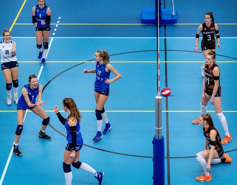 Vreugde bij Sliedrecht Sport (links), teleurstelling bij het Talentteam.  Beeld Patrick Post