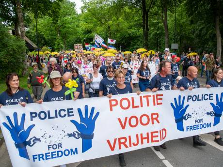Omstreden actiegroep trekt zingend door Apeldoorn: 'En steek die spuit maar in je reet!'