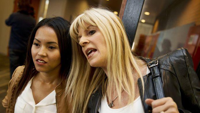 Karina Hagafiona Monica (links) en Kim Holland voorafgaand aan een interne hoorzitting.