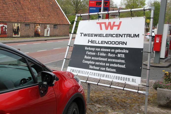 Op de Reggeweg in Hellendoorn is maandagmiddag een automobiliste tegen een reclamebord voor fietsenwinkel Tweewielercentrum Hellendoorn gebotst.