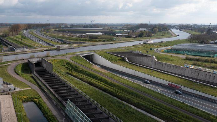 Het Ringvaartaquaduct bij Roelofarendsveen. Links de HSL-tunnel, in het midden het oude aquaduct uit 1961 met rijbanen richting Den Haag en rechts de in 2010 opgeleverde nieuwste tunnel.