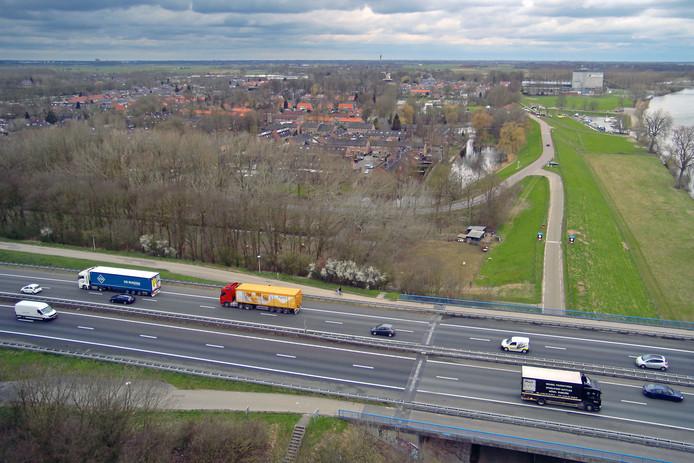 De A50 gaat de Maas over bij het vestingstadje.