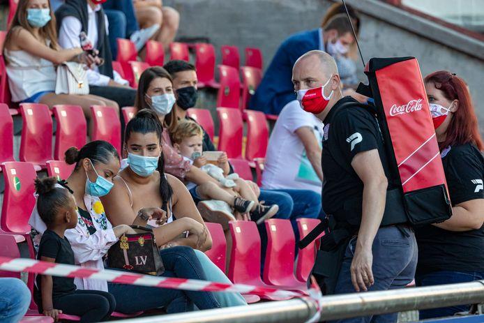 Een sfeerbeeldje van een wedstrijd tussen Charleroi en Essevee vorig jaar. De tribunes zullen zondag weer helemaal gevuld zijn.
