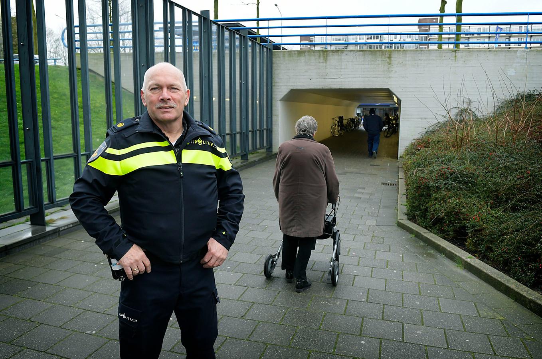 Jeroen van Mierle bij het tunneltje waardoor veel senioren van Het Sterrenwiel naar het naastgelegen winkelcentrum wandelen.