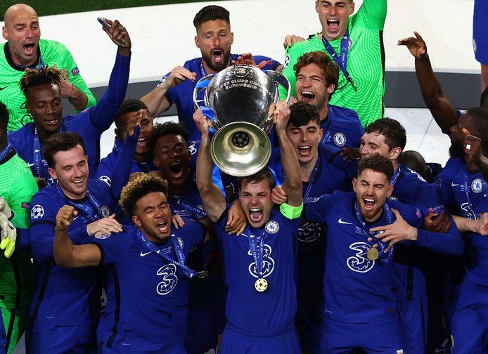 Aanvoerder Azpilicueta steekt de Champions League-trofee omhoog, met naast hem Chilwell en James (links) en Jorginho (rechts). Zij kunnen zich na de CL-winst ook tot Europees kampioen kronen.