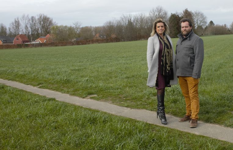 Schepenen Vandebroeck en Devroye op het terrein waar het project zal gerealiseerd worden.