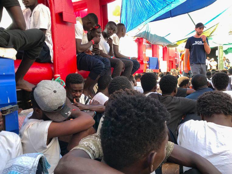Migranten aan boord van de Ocean Viking.  Beeld AFP