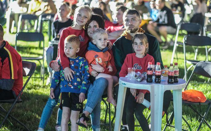 Alexia Vermeersch, Bogdan Pricop uit Nieuwkerke en hun kinderen Bo, Zoë, Vince en Andreas zaten er op de eerste rij voor de drie goals van de Belgen.