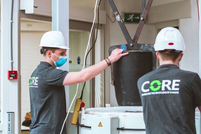 Dirk van Meer (links) bij zijn e-waste oven