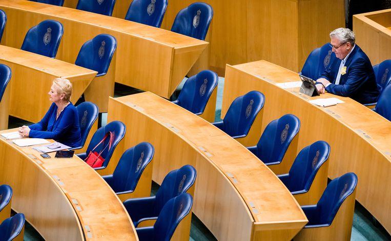 Corrie van Brenk (50Plus) en Henk Krol (Groep Krol/Van Kooten-Arissen) tijdens een Tweede Kamerdebat over de coronacrisis.  Beeld ANP