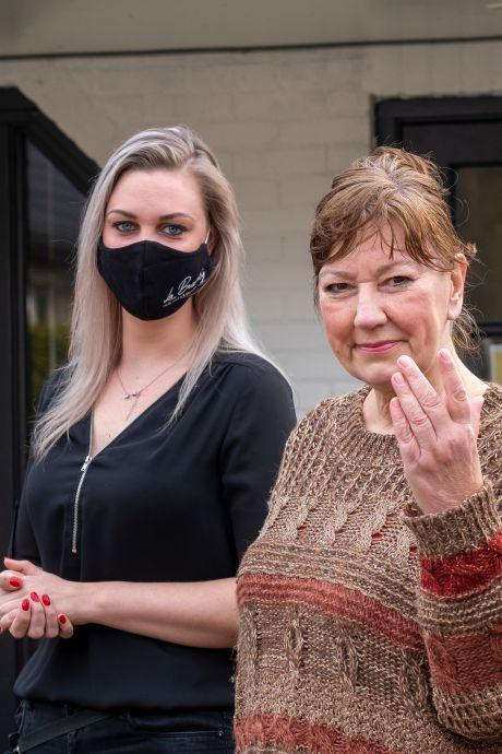 Trouwe klant trakteert Veluwse kapster Corella op tulpen: 'Ik ben zo blij voor je'