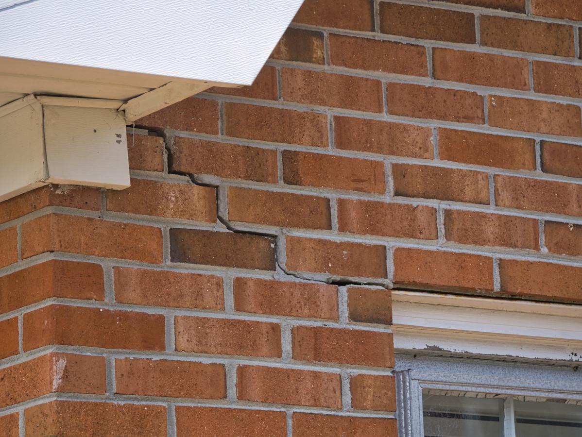 Als huizen verzakken ontstaan er bijvoorbeeld scheuren in de muren. Volgens kennisinstituut Daltares gaat dat de komende dertig jaar vaker voorkomen.