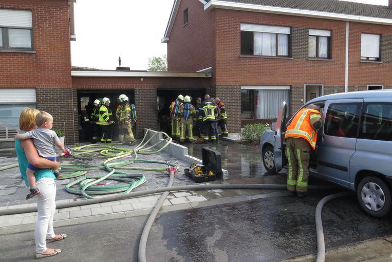 De brandweer bluste de brand die was ontstaan in de garage van een woning in de Kanaalstraat.