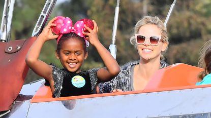 Charlize Theron viert verjaardag van zoontje in Disneyland