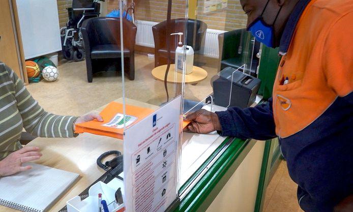 De verwerking en verspreiding van examens door PostNL vindt plaats via oranje enveloppen.