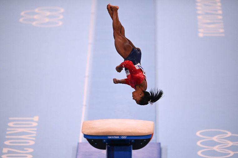 Bij de sprong in de teamfinale gaat het mis voor Simone Biles. Even later zal de Amerikaanse gymnaste zich terugtrekken uit de competitie. Beeld AFP