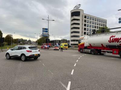 Vrouw zit bekneld na botsing met vrachtwagen op kruising in Deventer