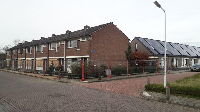 Te slopen woningen aan de Pironstraat in de Axelse Oranjebuurt, met daarachter vervangende nieuwbouw van Woongoed aan de Margrietstraat.