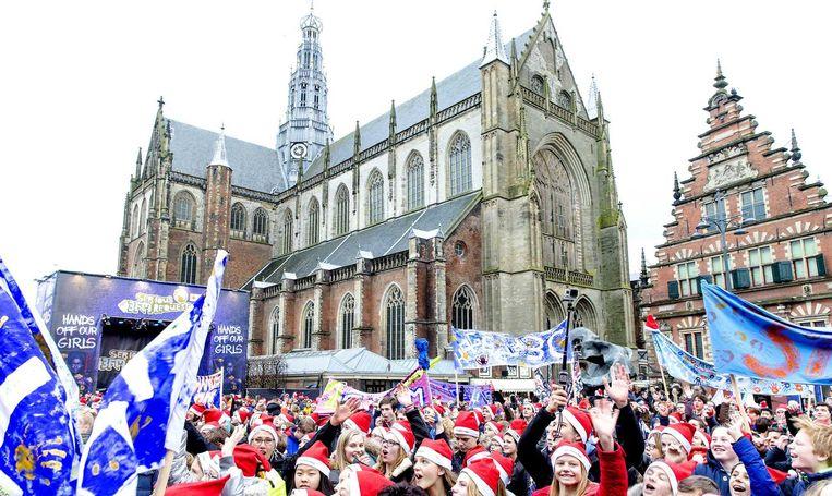 Bezoekers op de grote markt in Haarlem trotseren de kou om een glimp van de dj's op te vangen. Beeld anp