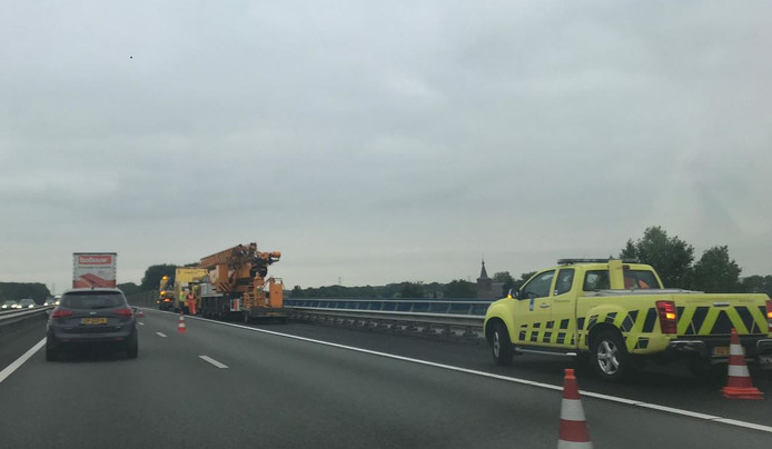 Door een vrachtwagen met pech staat er een forse file op de A50 richting Apeldoorn.