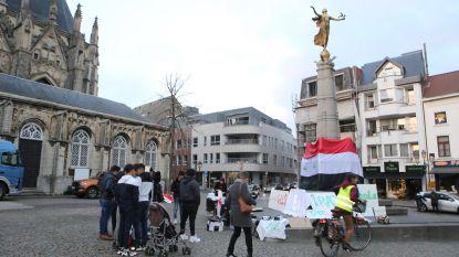 """Protesterende Irakezen wikkelen hun vlag rond oorlogsmonument: """"Onaanvaardbaar. Had ik het geweten, had ik deze actie verhinderd"""", zegt burgemeester Partyka"""
