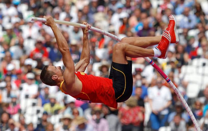 Hans van Alphen in actie tijdens het polsstokspringen op de Olympische Spelen van Londen 2012.