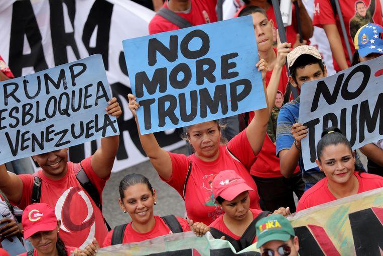 Aanhangers van de Venezolaanse president Maduro houden anti-Trumpborden omhoog tijdens een protest vorig jaar. Beeld REUTERS