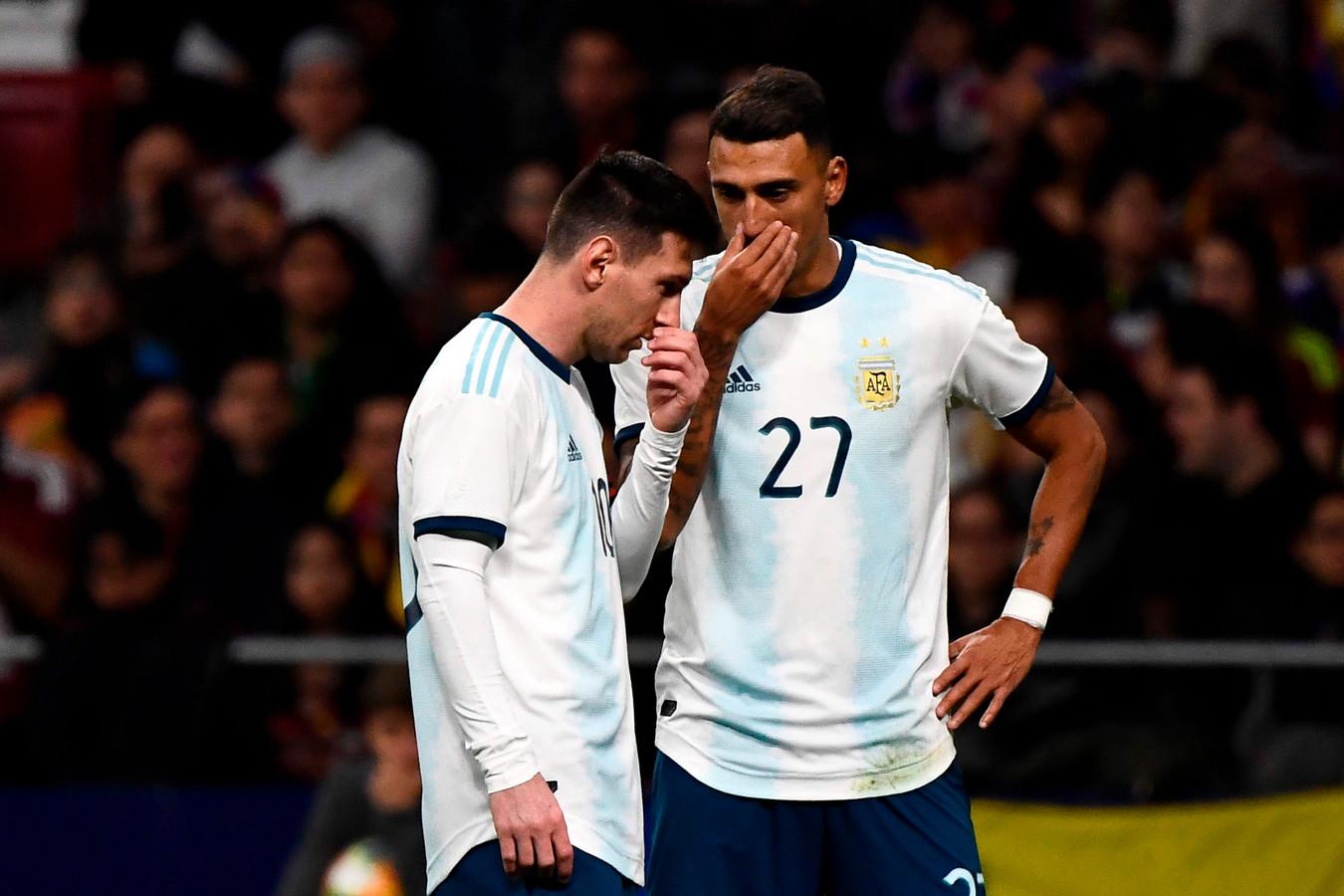 Geheim overleg tijdens de match tegen Venezuela afgelopen vrijdag.