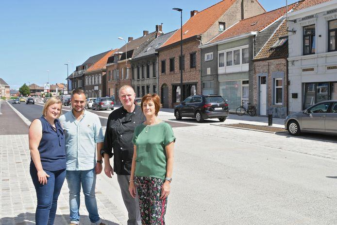 Restaurant LOTS in hartje Oostrozebeke. Thierry Verschueren en Ann Denys met dochter Charlotte en de schoonzoon. Rechts ligt het restaurant en centraal de vernieuwde Oostrozebekestraat.
