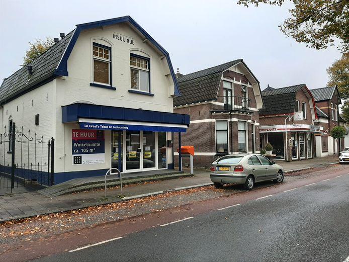 De karakteristieke winkel moet er straks meer uitzien zoals een aantal omliggende panden. Hoewel de witte stuc- en verflaag vooralsnog blijft zitten.