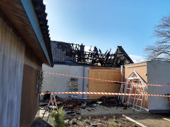 Toen de brandweer aankwam sloegen de vlammen al door het dak.
