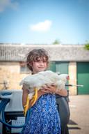 Lois met kip de familie heeft grootgebracht.