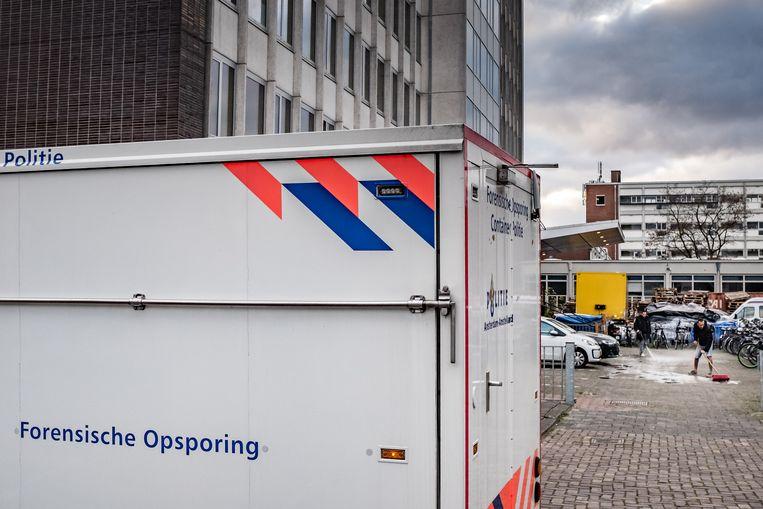 Voor het voormalige Elseviergebouw in de Kolenkitbuurt is in de nacht van donderdag op vrijdag een 29 jarige man doodgestoken.  Beeld Joris Van Gennip