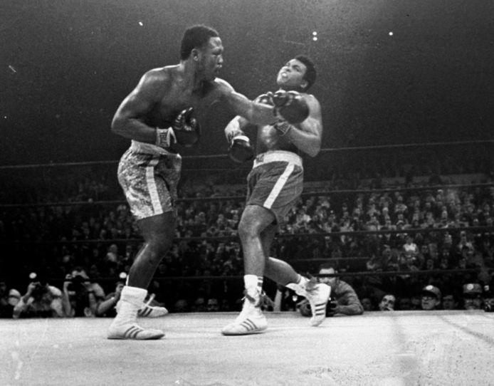 Joe Frazier (l) en Muhammed Ali.