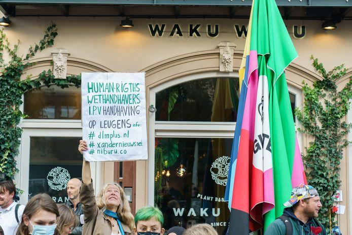 Weer protest bij restaurant Waku Waku in Utrecht. De eigenaar weigerde zijn zaak te sluiten. De gemeente had daartoe besloten, omdat de eigenaar de coronapas niet controleerde.