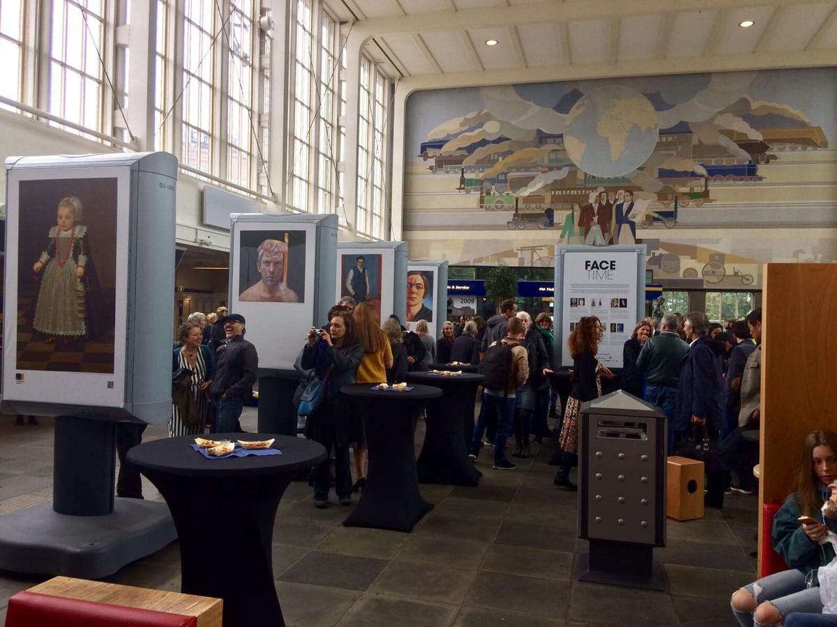 De portretten in de hal van station Amstel.